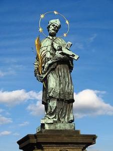 Brązowa rzeźba św. Jana Nepomucena na Moście Karola w Pradze
